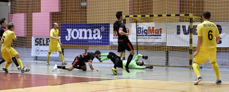"""""""A"""" tým – V Mýtě se hráčům Liberce vůbec nedařilo. Stísněné haly urostlí hráči Nejzbachu plně využili a získali tak první ligové body !!!"""